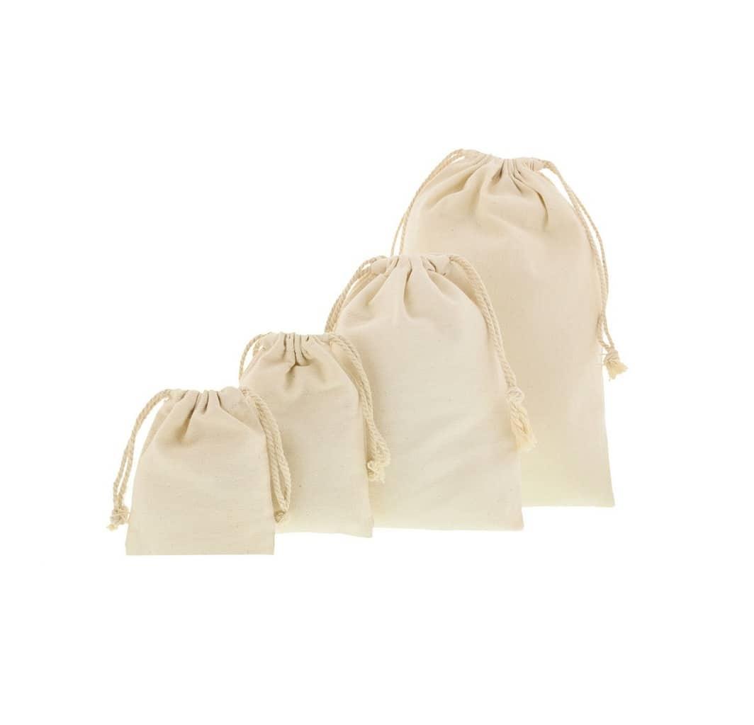 Sacos pequenos de algodão e cordão